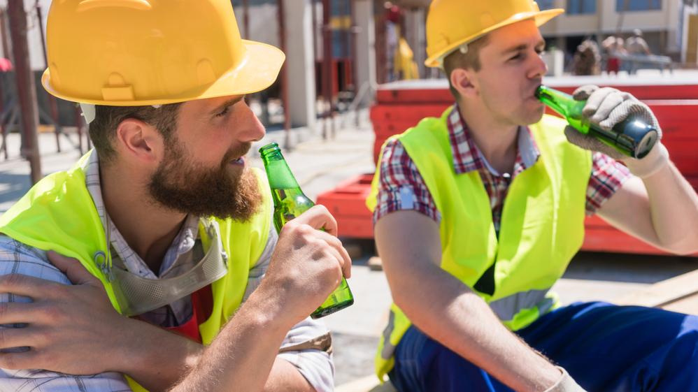 Pracownicy pijący piwo